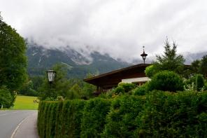 A Hintersteiner See-től Scheffau irányába vezető úton