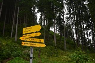 Eligazító táblák az Ehrenberg várrom alatt