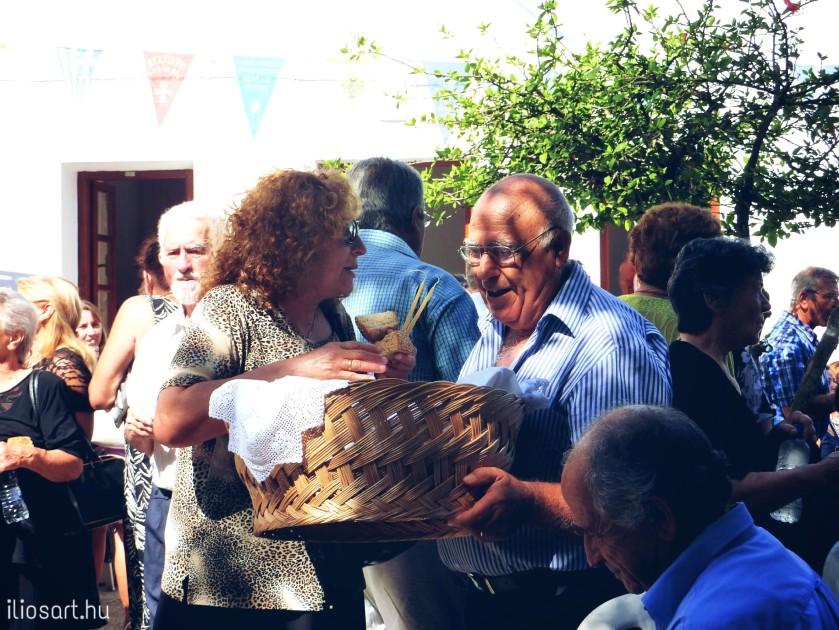 Nagyon jó hangulata van a megáldott kenyerek szétosztásának a templomi szertartás után - Kalithies, Rodosz szigete / Fotó: Lipcsei Mariann